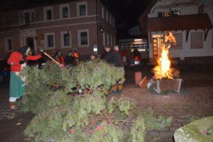 Eckwaldhexe und Narrenbrunnen sind in Flammen aufgegangen