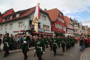 Ludwig Schülli trug mit Stolz die Fahne der Zeller Bürgerwehr