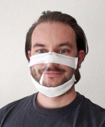 Schneidermeisterin entwickelt Mundschutz für Gehörlose