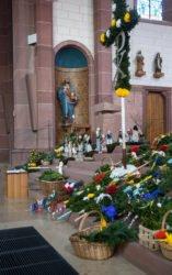 Zahlreiche Palmen in leerer Kirche