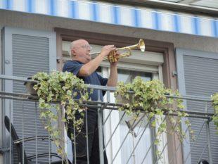 Sonntag für Sonntag musiziert Heinrich Gießler vom Balkon