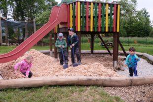 Betriebshof und Kinder arbeiten in der Villa Regenbogen Hand in Hand