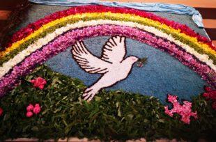 Oberharmersbach feiert Fronleichnam mit ausreichendem Sicherheitsabstand und bunten Blütenteppichen