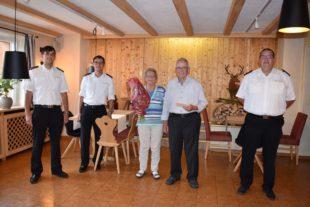 Kameraden von der Feuerwehr gratulieren Berthold Gutmann
