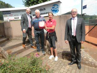 Defibrillator auf dem Zeller  Tennisplatz hilft Leben retten Tennisfreunde und Sponsoren  ermöglichten die Anschaffung des Geräts