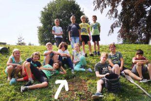 Viertklässler hinterlassen ihrer Grundschule einen Baum