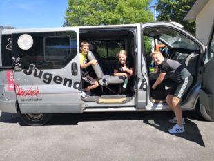 Jugendspieler bringen in der Coronazeit den ZFV-Bus auf Vordermann