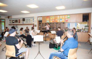 Verhaltener Optimismus motiviert Musiker Erste Proben der Miliz- und Trachtenkapelle in Gruppen – Das Programm für  das Jahreskonzert an Weihnachten ist schon fertig – Hoffen auf weitere Auftritte