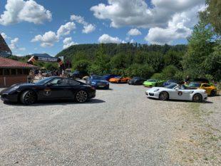 40 Sportwagen machen Pause am Gröbernhof Gasthof