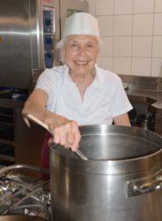 Hilda Herrmann verwöhnt die Gäste im Gasthaus »Kreuz« mit ihren Kochkünsten