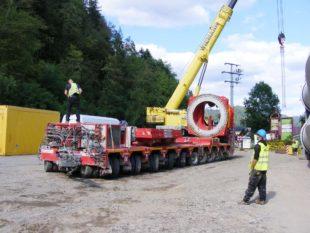 Beim Bau von Windkraftanlagen warten viele logistische und technische Herausforderungen