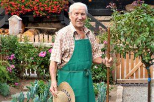 Erwin Burger hält auch noch mit 83 Jahren den Bauerngarten am Heimatmuseum in Schuss