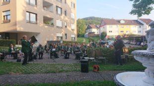 Stadtkapelle bot Hörgenuss bei Kurkonzert am Seniorenzentrum