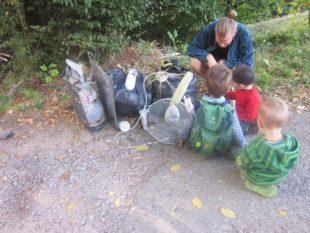 Spontane Müllsammelaktion am Wald