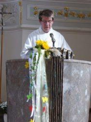 Gläubige feiern Rosenkranzandacht am Tag des Rosenkranzfestes
