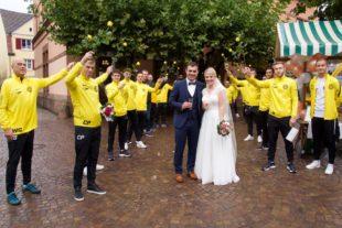 Zeller Fußballer und Neuhauser Narren gratulierten zur Hochzeit