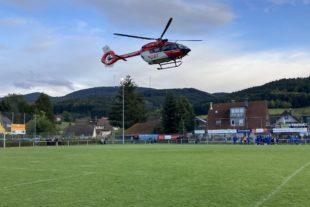 Rettungshubschrauber landet im FVU-Eckwaldstadion