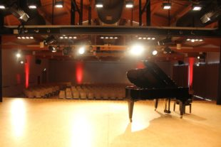 2020-10-9-Oppenau-Konzert L'amour toujours-Bild Halle Flügel