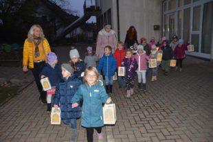 Martinsspiel und Laternenumzug erfreuten die Kindergartenkinder