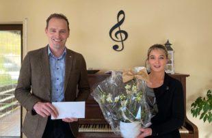 Bürgermeister gratuliert mit Blumen zum 10-jährigen Jubiläum