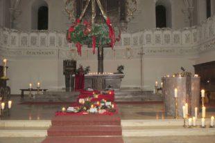 Kirche war nur mit Kerzen beleuchtet