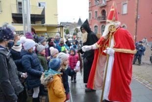 Das Nikolauslied schallte am Samstag mehrfach durchs Zeller Tannenbaumstädtle