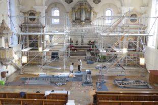 Gerüstarbeiten machen die Großbaustelle in der Zeller Pfarrkirche sichtbar