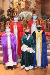 Fünf Ministranten traten in den Königsgewändern an den Altar