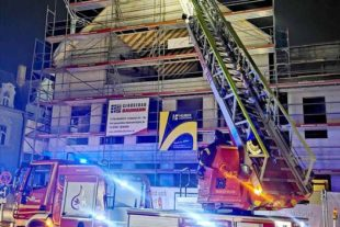 Sturmböe fegte am Samstagvormittag Storchennest vom Rathausgiebel