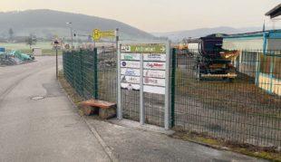 Neuer Wegweiser zu den Unternehmen im Gewerbegebiet »Am Erlenbach«