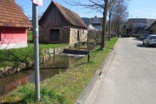 Fußgänger sollen auf der sanierten Dorfstraße Vorrang haben