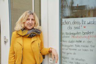 Erzieherinnen haben den Osterhasen zu den Kindergartenkinder gebracht