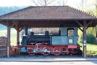 Die alte Dampflok am Dernauer Platz bleibt in Unterharmersbach