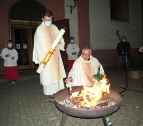Licht der Osterkerze gibt Freude, Hoffnung und Zuversicht