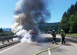 Fahrzeug stand auf B33 in Flammen