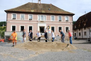 Am heutigen Montag war erster Spatenstich für die Umgestaltung von Unterharmersbachs zentralem Platz