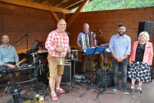 Unbeschwerte Feststimmung beim Sommergrillfest auf der Bärenwiese