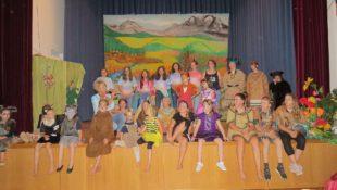 Chamäleon-Kinder zeigen ihre Talente beim Spiel und Tanz