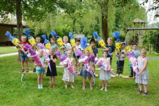 Fünfzehn Kindergartenkinder freuen sich auf die Schule
