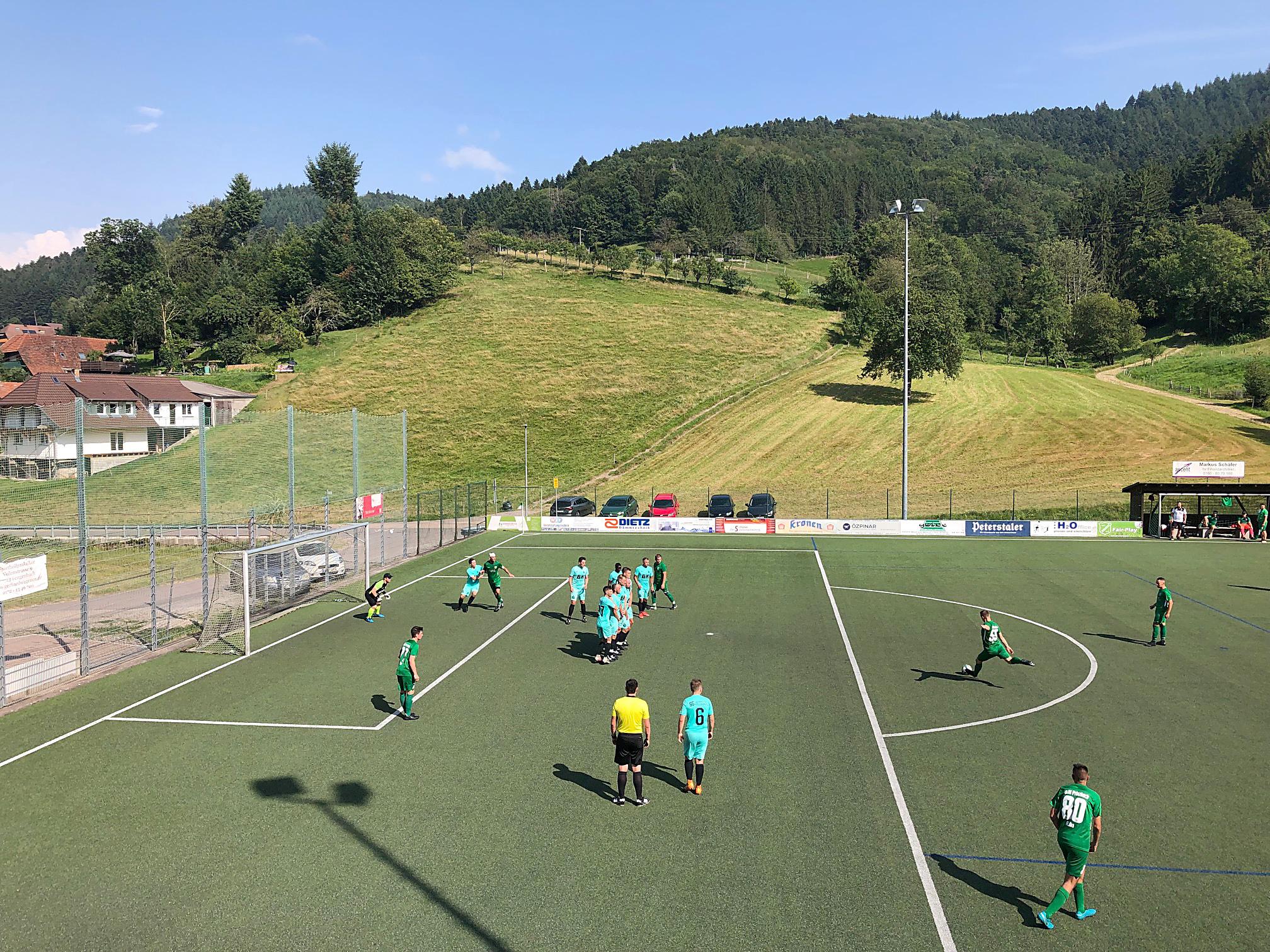 2021-8-18-BI-PB-bsch-DJK vs SG Oberweier Eduard Jung beim Freistoß