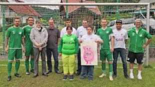 TuS Kinzigtal spendet Trikots und füllt Club 82-Sparschwein