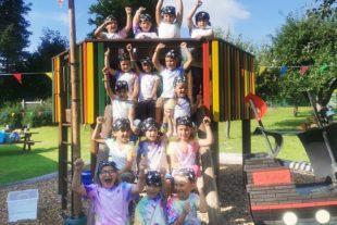 Schulanfänger feiern ein Piratenfest