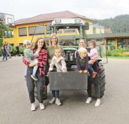 Traktorbesuch bei den Regenbogenhopsern