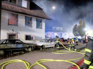 Gebäudebrand hält Einsatzkräfte bis 2 Uhr nachts auf Trab